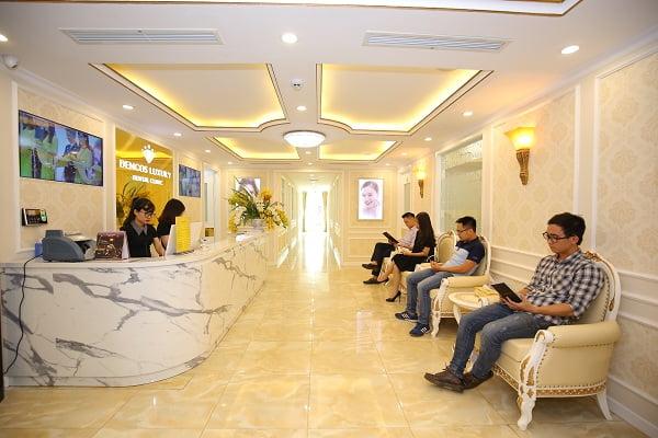 Khách hàng ngồi chờ tại địa chỉ nha khoa uy tín ở Hà Nội