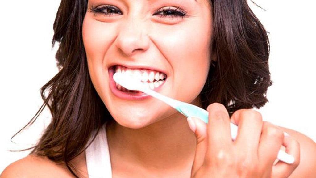 cách chăm sóc răng sứ titan 3