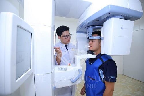 bệnh nhân đang chụp phim để sủ dụng nong hàm
