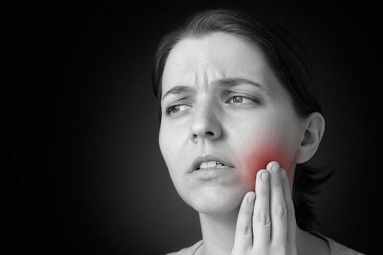 đau răng là biến chứng implant