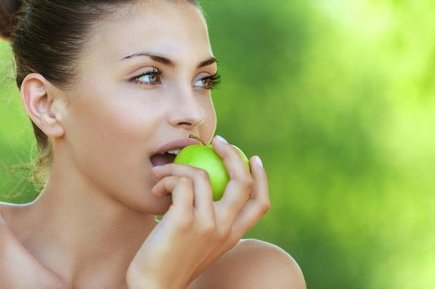 người phụ nữ ăn táo - bọc răng sứ bao lâu thì ăn được