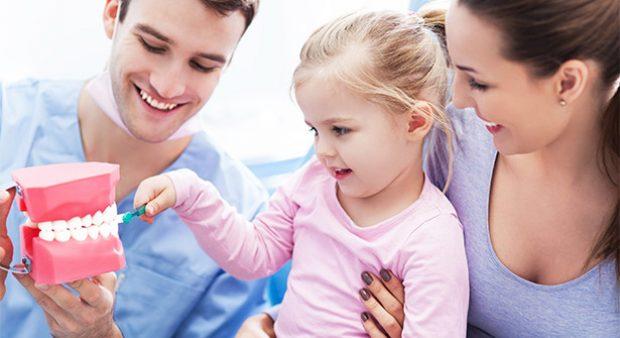 cách chăm sóc hàm răng bằng Tập thói quen chăm sóc răng ngay từ khi còn nhỏ