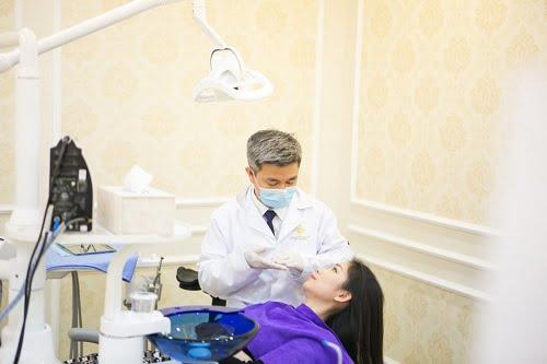 Bác sỹ thực hiện gắn răng cho khách hàng